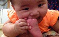 宝宝都饿到啃脚趾头了