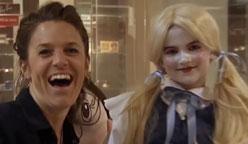 欠揍!小妹妹假装布娃娃吓路人