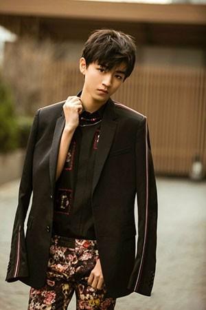 王俊凯开春首个时尚大片来袭!正装绅士,玩转街头都难不倒他!
